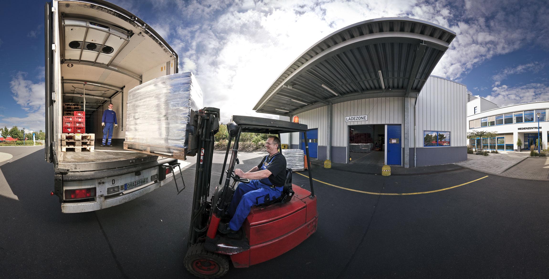 360 Video zeigt Druckerei. Hier: Beladen des LKW.